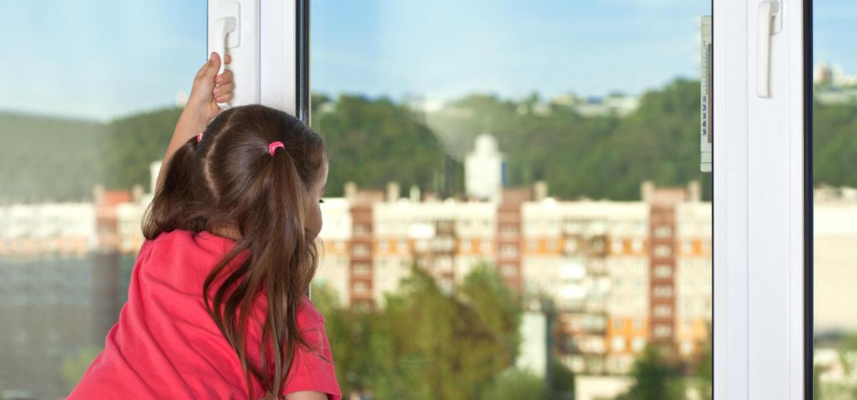 Как уберечь ребенка от падения из окна: 5 советов для родителей*