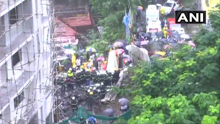 В Индии правительственный самолет упал на жилые дома