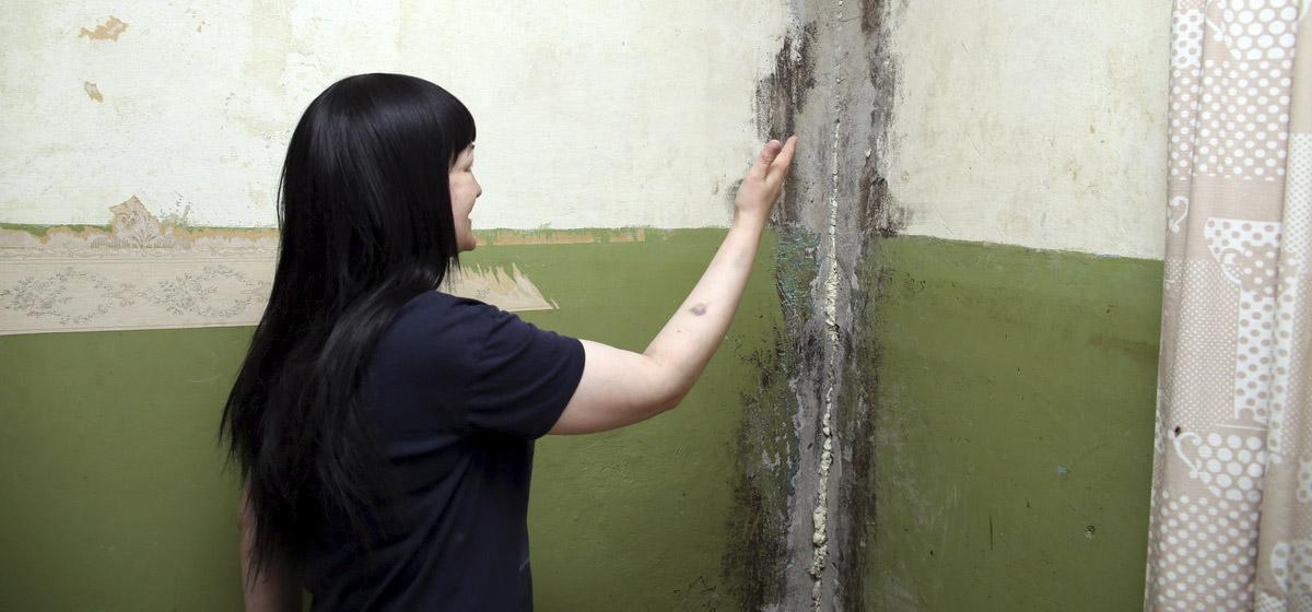В Барановичах больная онкологией женщина с тремя детьми живет в квартире, пораженной грибком