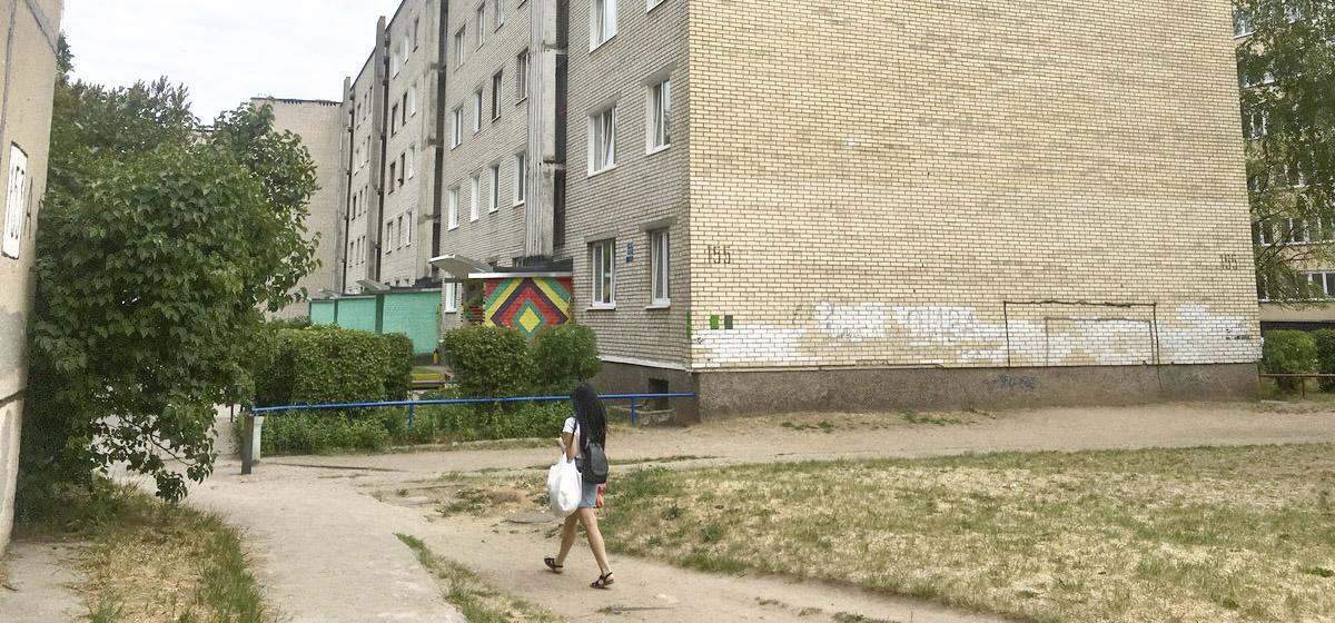 Соседские войны. В Барановичах пенсионеры жалуются на шумные игры детей во дворе