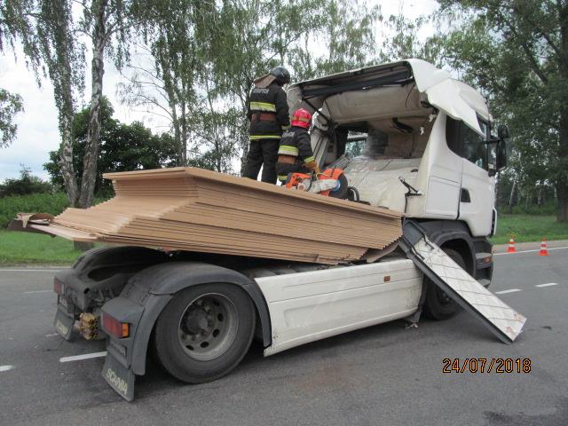 В Минской области водитель резко затормозил, чтобы не сбить велосипедиста, и его самого насмерть придавило перевозимыми ДСП