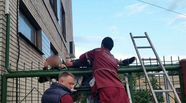 В Бресте мужчина перелезал через забор и напоролся на штырь. Снимать пострадавшего пришлось спасателям