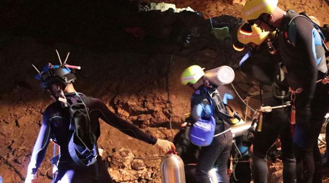 В Таиланде спасатели вывели первых школьников, застрявших в пещере