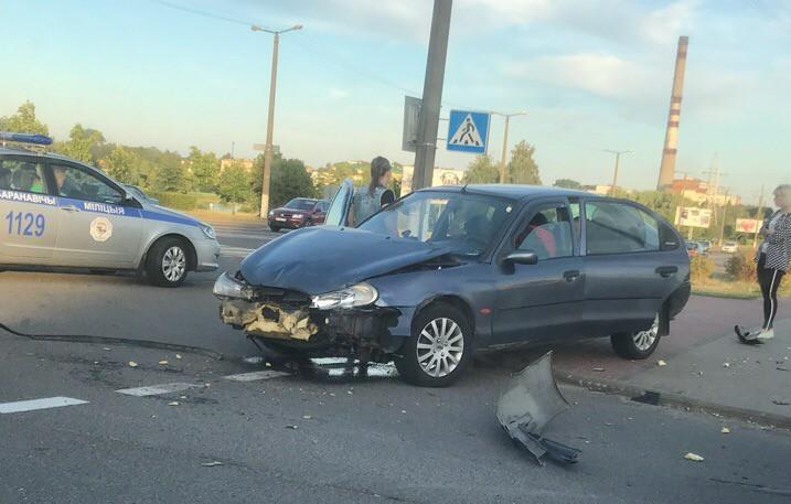 Фотофакт. В Барановичах на перекрестке столкнулись два автомобиля