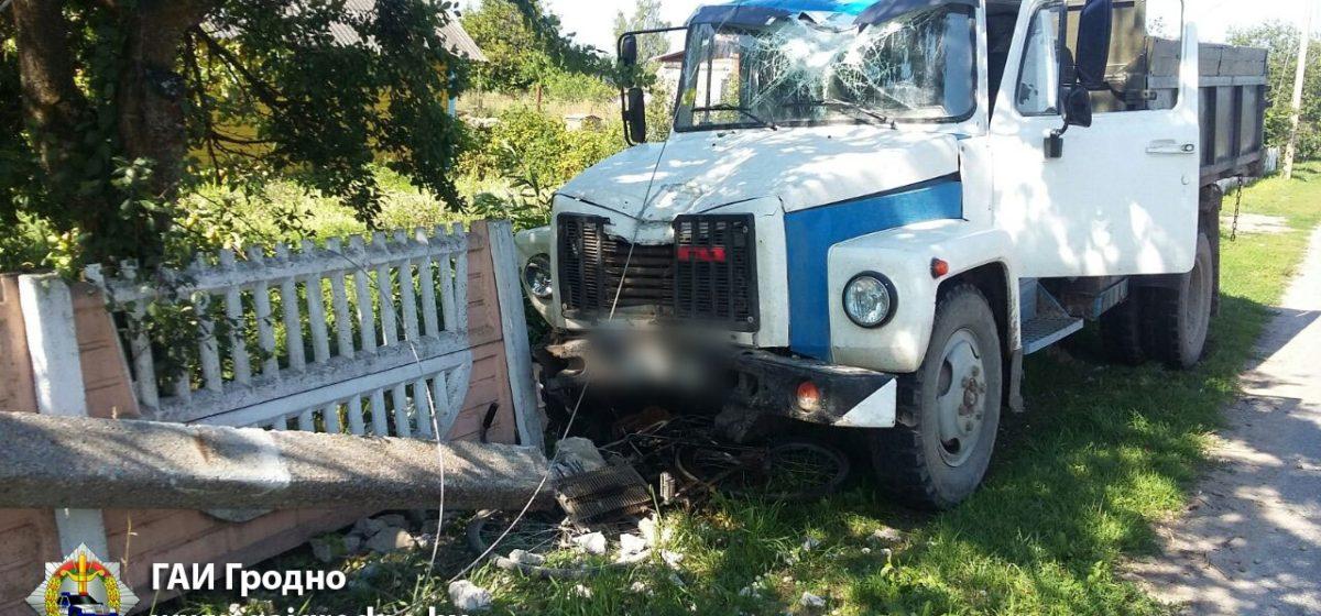 Под Слонимом грузовик сбил столб, который придавил велосипедистку (фото)