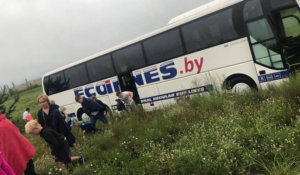 В Украине еще один автобус с белорусами вылетел в кювет