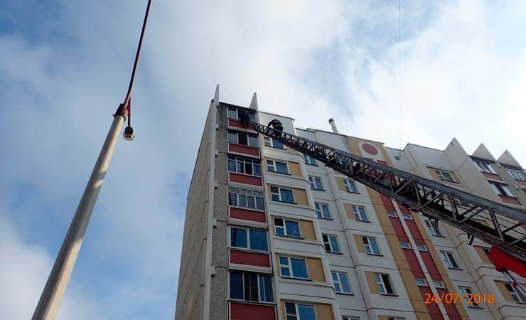 В Гомеле четырехлетняя девочка едва не выпала с 9 этажа, ее спасли сотрудники МЧС (видео)