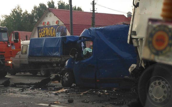 В Смоленской области столкнулись три фуры и микроавтобус, погибли два белоруса