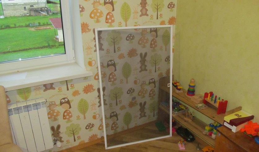 В Узденском районе сразу трое маленьких детей выпали из окна