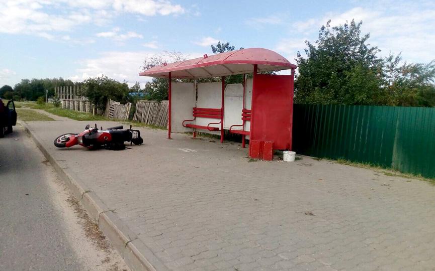 В Барановичах мотоциклист врезался в остановку и попал в больницу