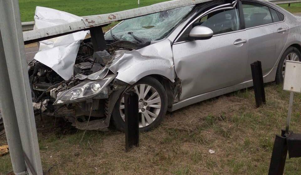 Под Барановичами Mazda въехала в отбойник. Виновник ДТП скрылся