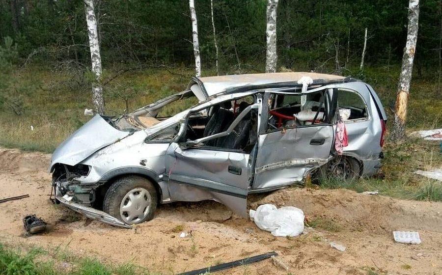 Под Барановичами на трассе перевернулся автомобиль «Опель», пострадали два человека