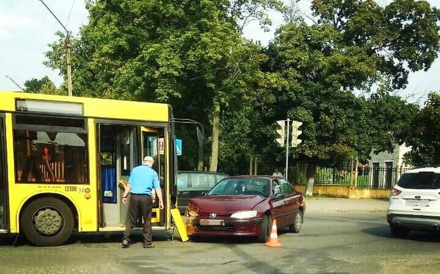 Фотофакт. В Барановичах пассажирский автобус столкнулся с легковушкой, есть пострадавшие