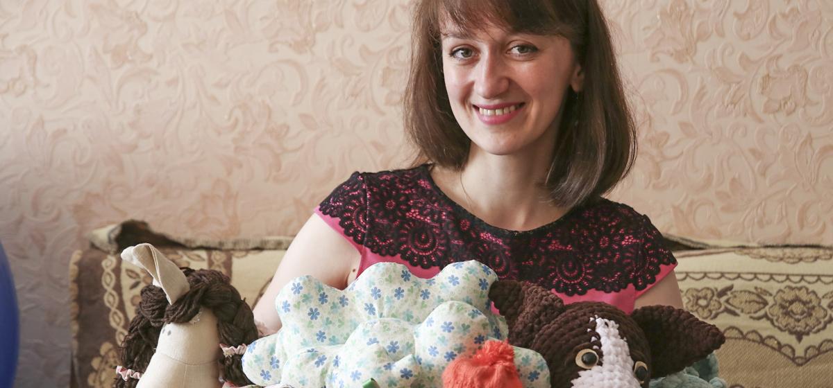 От зайца до кукольного театра. Как жительница Барановичей начала вязать игрушки и помогать больным детям