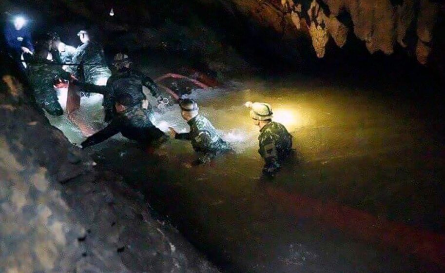 В Таиланде из пещеры спасли всю футбольную команду
