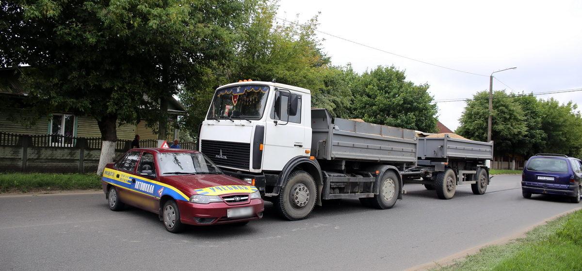 В Барановичах, на улице Чернышевского, грузовик столкнулся с учебным автомобилем