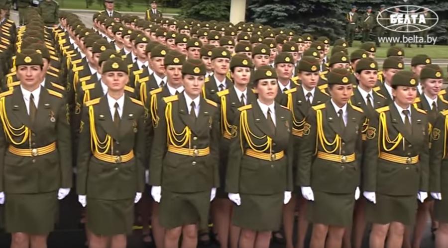 Фотофакт: В Минске на параде женщина-военнослужащая промаршировала босиком
