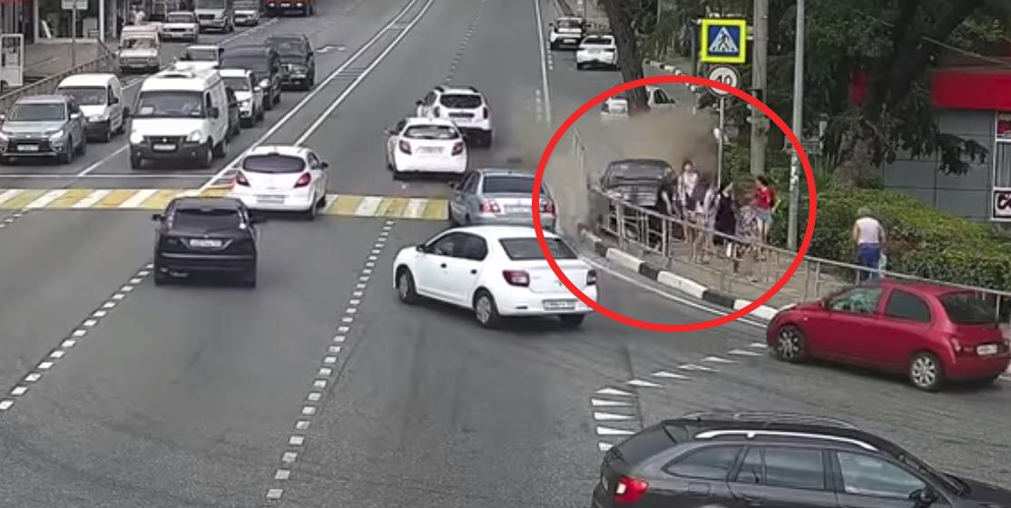 Страшная авария в Сочи: таксист уснул за рулем, вылетел на тротуар и сбил шесть человек (видео 18+)