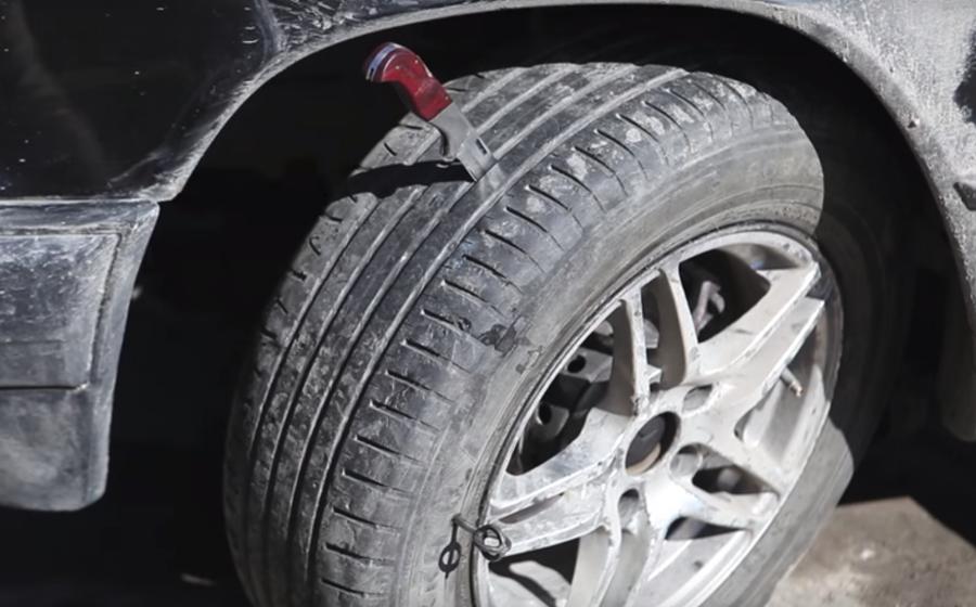 В Барановичах в Северном микрорайоне мужчина ножом порезал четыре колеса у припаркованной машины