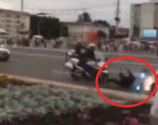 Видеофакт. В Витебске во время тренировки милиционер упал с байка и на него наехал коллега