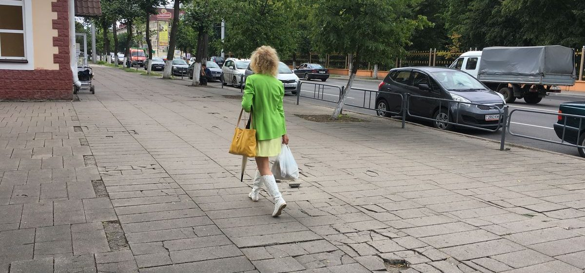 В Барановичах жители одной из центральных улиц собирают подписи с требованием замены старой тротуарной плитки