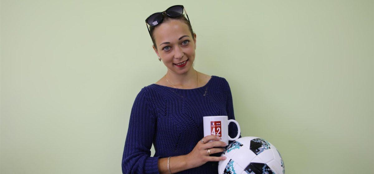 Дарья Колосовская первой угадала счет финального матча ЧМ-2018 и получила мяч с чемпионата мира и фирменную кружку