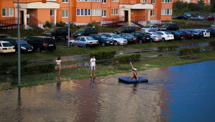 Видеофакт. Во время потопа в Бресте люди плавали по дороге на надувном матрасе