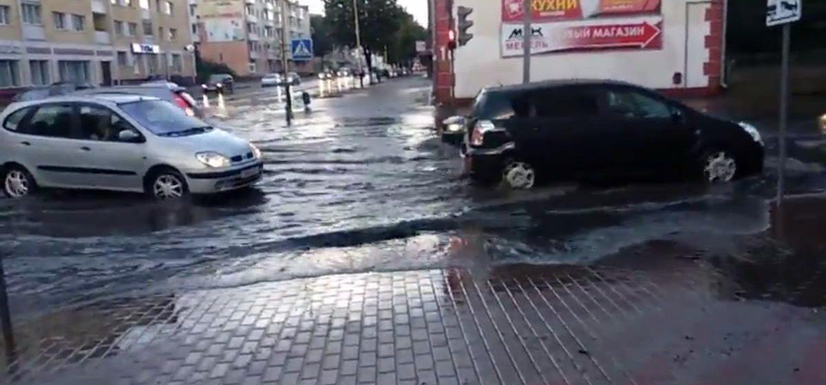 Видеофакт. Потоп на перекрестке улиц Ленина и Войкова в Барановичах