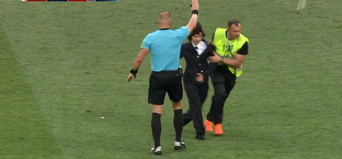 Во время финала чемпионата мира участники скандальной группы Pussy Riot выбежали на поле