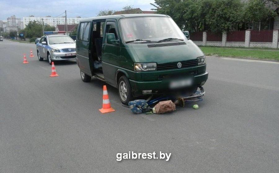 В Барановичах микроавтобус сбил пенсионерку на велосипеде