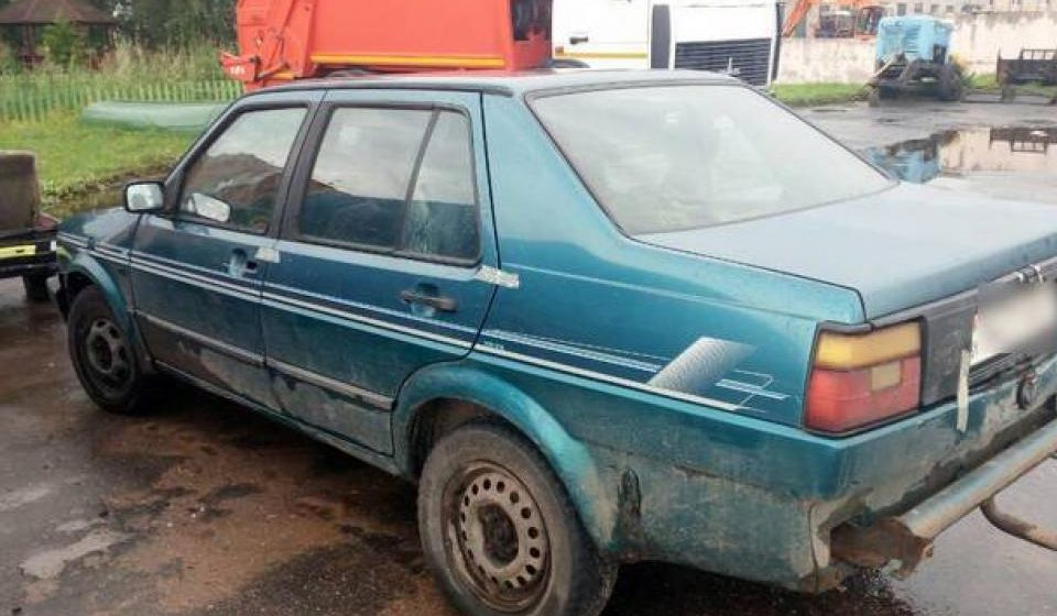 В Мядельском районе, выбивая долг, мужчину привязали ремнем к машине и протащили несколько сот метров
