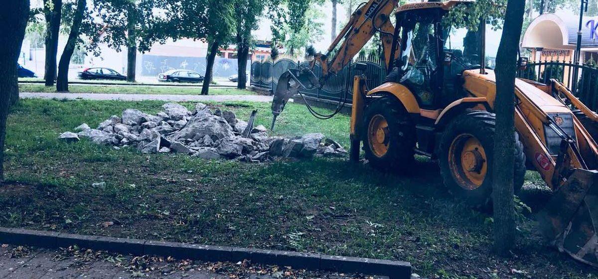 Фотофакт. В Барановичах в Старом парке разрушили опоры довоенной польской радиомачты
