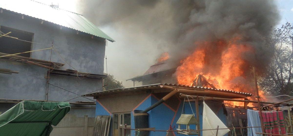 В Барановичах пожар с хозпостройки перекинулся на гараж, а потом на жилой дом