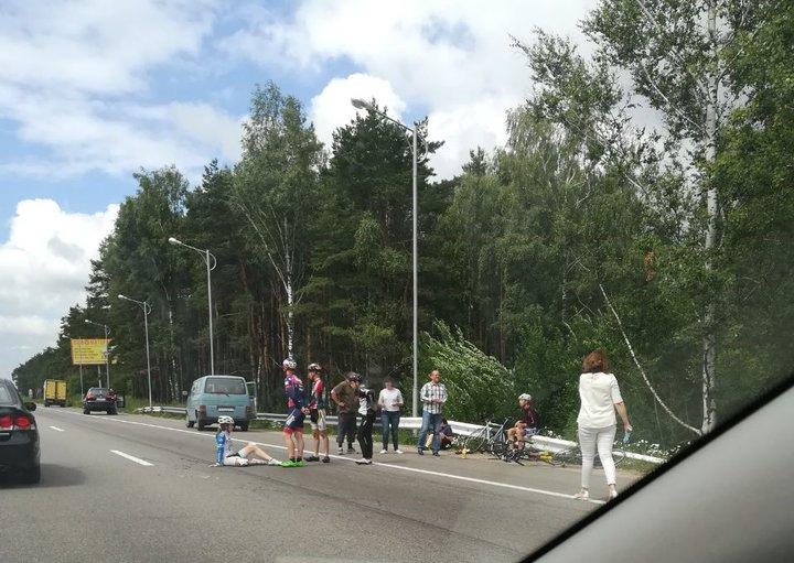 Под Минском ехавшая в группе велосипедистов 13-летняя девушка упала под колеса Mercedes