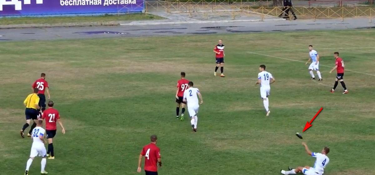Видеофакт. Игрок «Волны» в матче с ФК «Барановичи» бросил бутсу в арбитра
