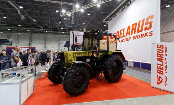 МТЗ представил на выставке в России золотой трактор, который понравился Путину