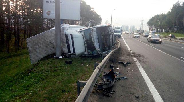 На МКАД грузовик вылетел за пределы дороги, врезался в столб и перевернулся (фото)