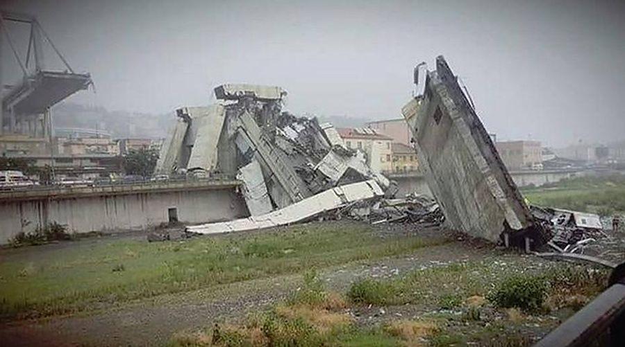 В Италии рухнул автомобильный мост, погибли десятки людей (фото)