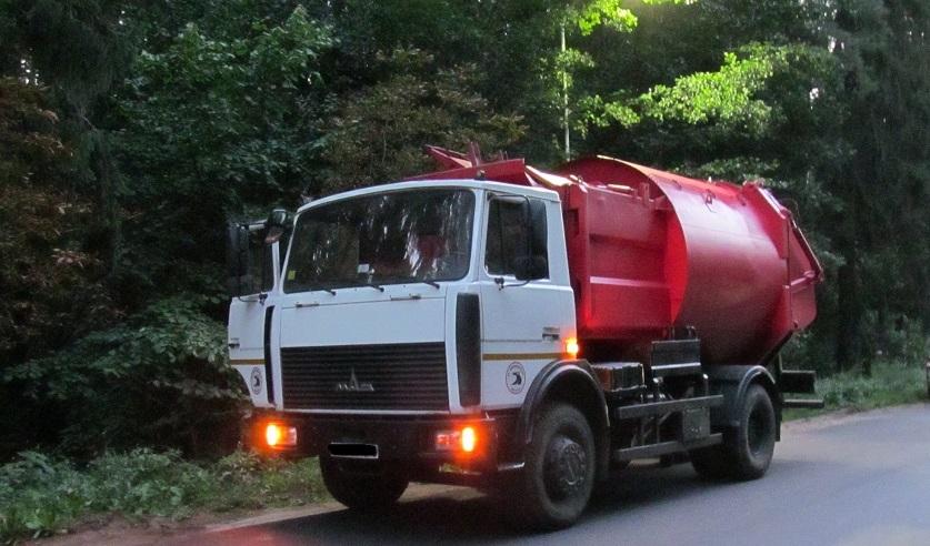 Под Минском мусоровоз задавил мужчину контейнером