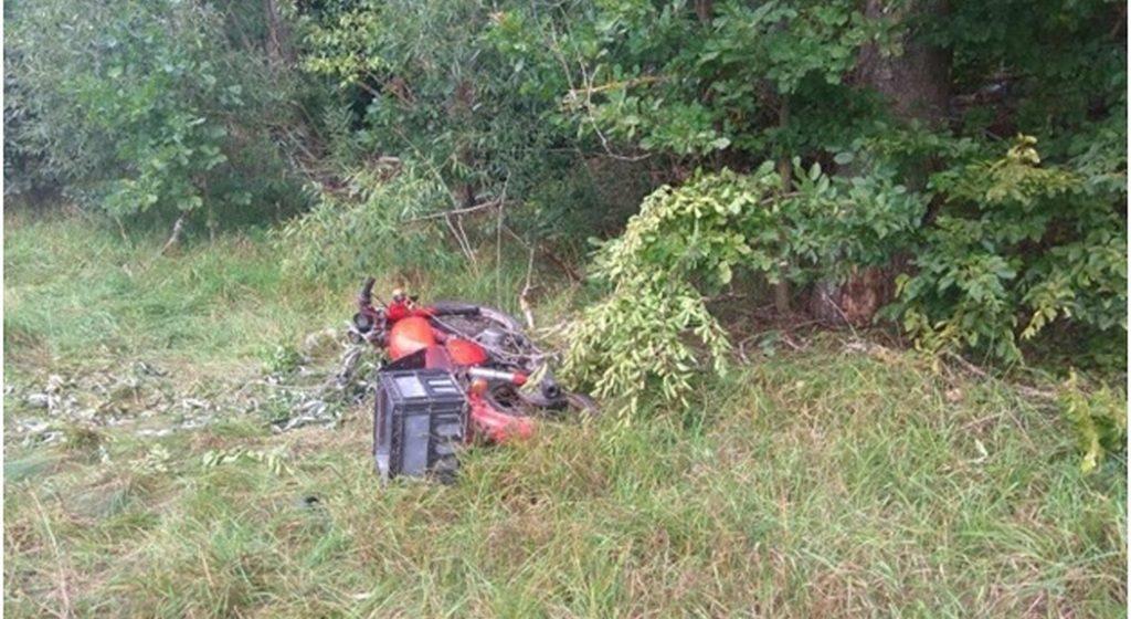 Под Барановичами мотоциклист-бесправник съехал в кювет и врезался в дерево