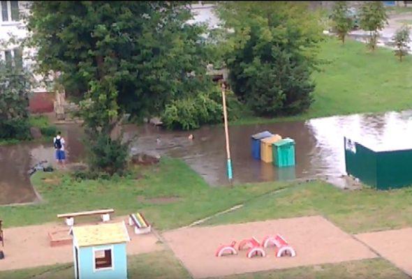 Видеофакт. После дождя житель Барановичей плавал в луже возле многоэтажки в Южном микрорайоне