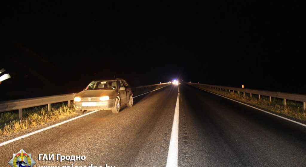 На трассе «Барановичи-Гродно» при обгоне грузовика легковушка насмерть сбила пьяного пешехода