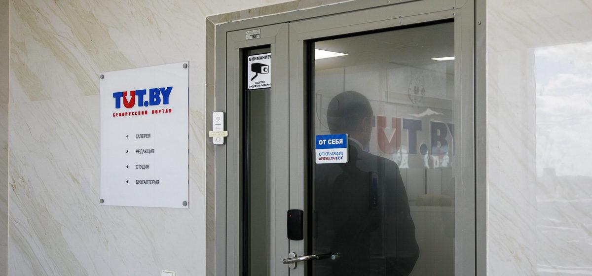 В офисе TUT.BY второй день продолжается обыск, осмотрена квартира журналиста Павлюка Быковского
