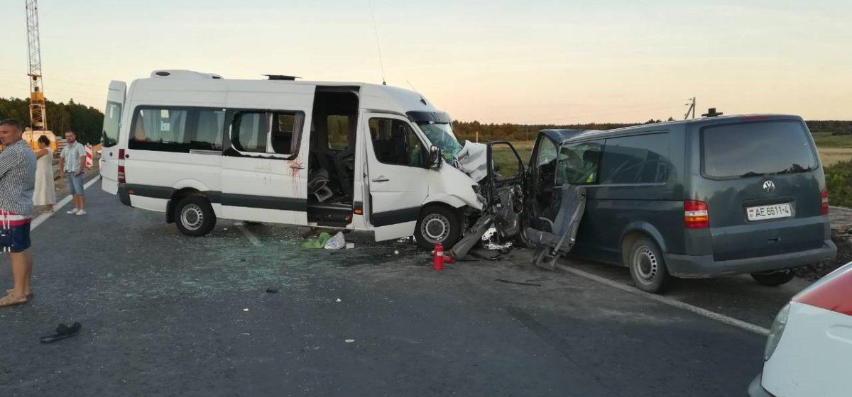 На Гродненщине лоб в лоб столкнулись микроавтобус и маршрутка, направлявшаяся с пассажирами в Польшу (фото)