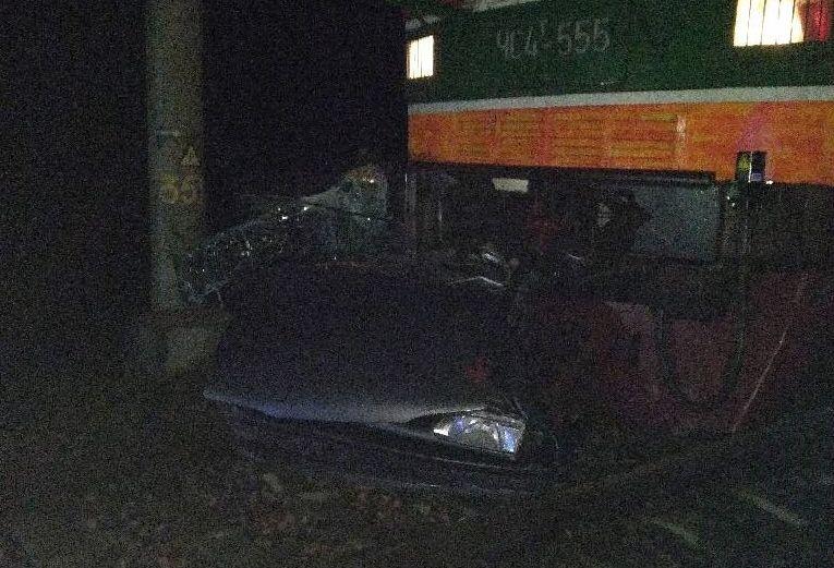 Под Бобруйском поезд смял автомобиль, который выехал на железную дорогу и застрял (фото)