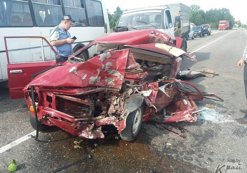 Под Молодечно «Жигули» с пенсионерами врезались в автобус: машину расплющило, люди в реанимации
