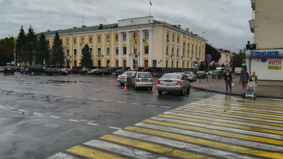 Фотофакт. В Барановичах возле горисполкома столкнулись учебный автомобиль и Renault Scenic