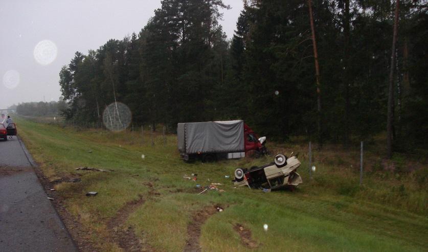 В Минской области грузовик врезался в стоящие «Жигули»: машина покатилась и задавила водителя, чинившего авто
