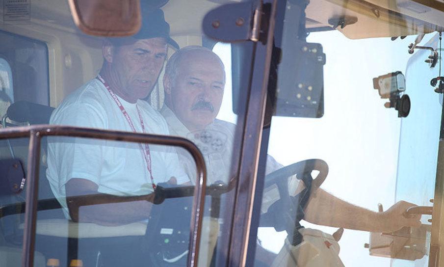 В Александрии Лукашенко испытал новый суперкомбайн