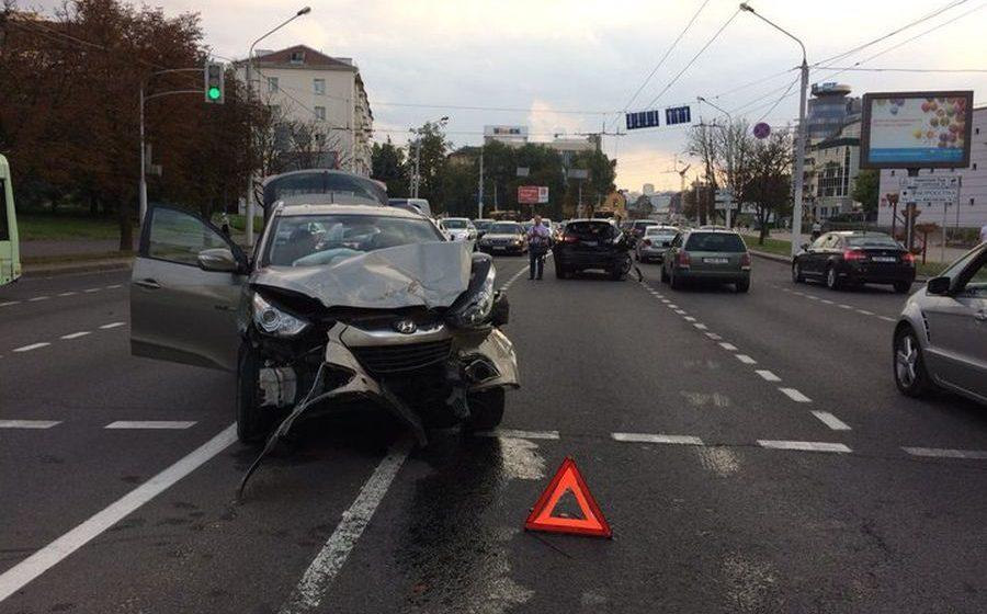В Минске пьяный пенсионер за рулем Hyundai протаранил пять автомобилей (фото)
